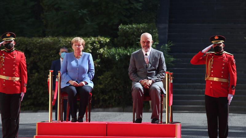 Merkel yine korkuttu! Resmi törene oturarak katıldı