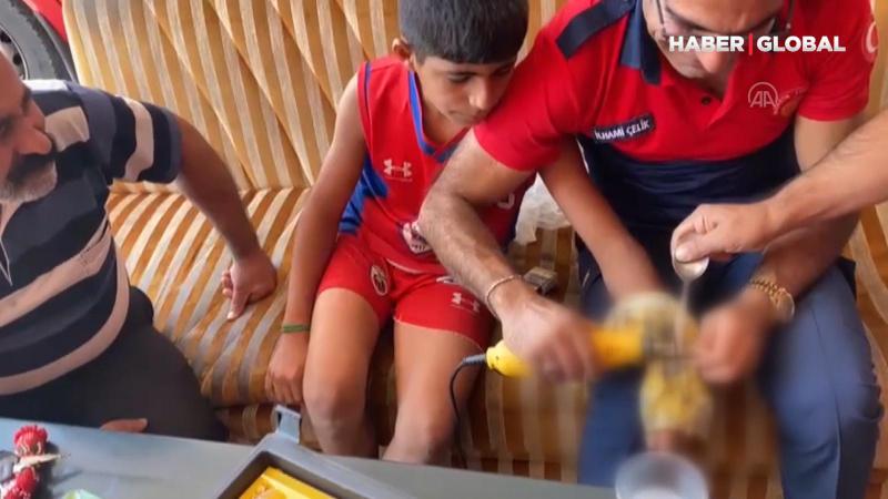 Elleri kelepçeye sıkışan çocuğu itfaiye kurtardı