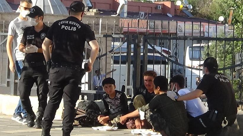 Diyarbakır'da düzensiz göçmenlere operasyon! Polis yemek yemelerini bekleyip gözaltına aldı