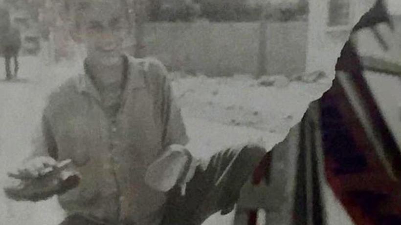 Ünlü oyuncu Menderes Samancılar'ın ayakkabı boyacılığı yaparken çekilen fotoğrafı ortaya çıktı