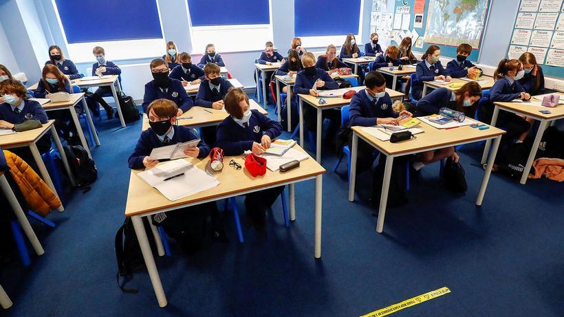 İngiltere'den tartışmalı karar! 12-15 yaş arası çocukların aşı olmasına karar verildi