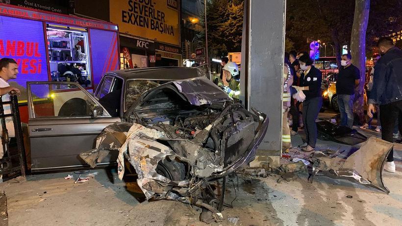 Demir korkuluklara çarpan otomobil hurdaya döndü: 1 ağır yaralı