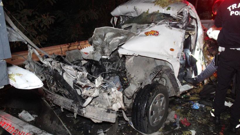Tıra çarpan kamyonet hurdaya döndü: 1 ölü