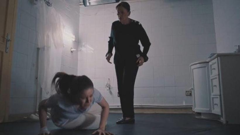 Camdaki Kız 15. bölüm yeni fragmanı yayınlandı! Feride, kızı Nalan'ı sopayla dövüyor