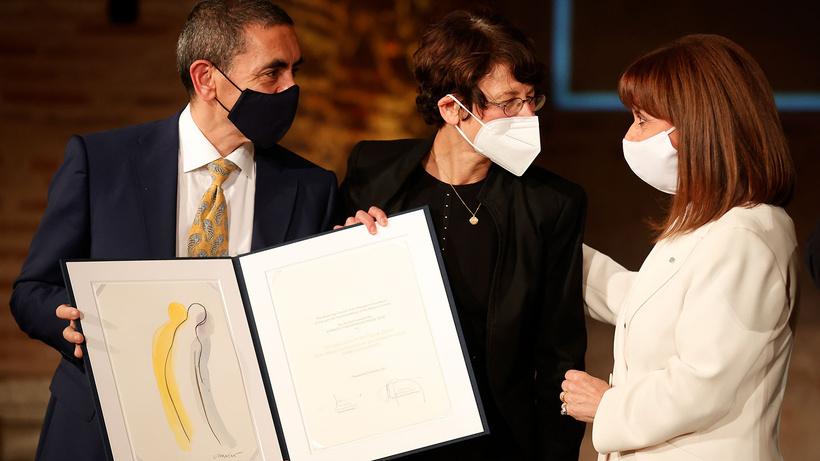 Yunanistan'da Türeci ve Şahin'e ödülü