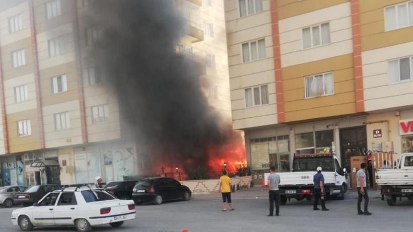 Malatya'da iki apartman arasındaki çardak alev aldı
