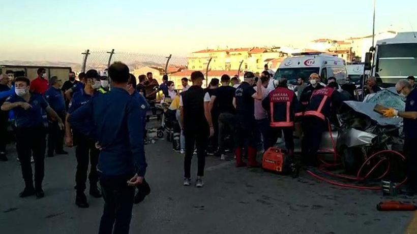 Başkent'te otomobil ile servis kafa kafaya çarpıştı: 5 ölü