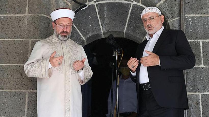 Diyanet İşleri Başkanı Ali Erbaş ve Hafiz Osman Şahin, Sur Ulu Cami'de çifte ezan okudu