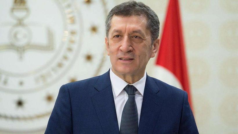 Eski Milli Eğitim Bakanı Ziya Selçuk yeni imajıyla şaşırttı