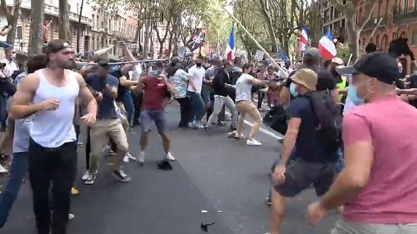 Fransa'da aşı karşıtı gösteri yapan gruba bir başka grup sopalarla saldırdı