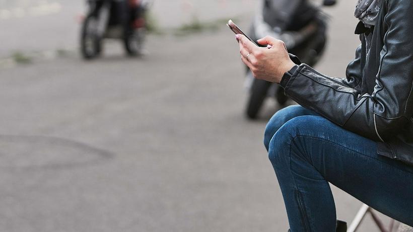 Eşi tarafından bir telefon uygulaması ile takip edilen kadın soluğu mahkemede aldı