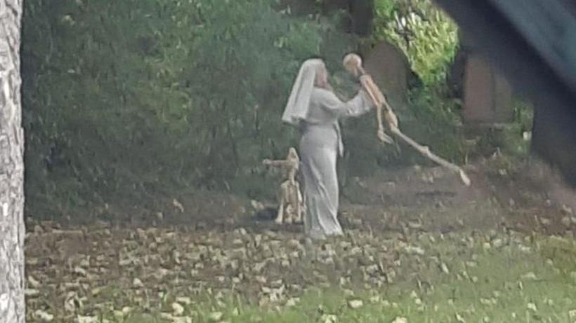 İskeletle dans eden rahibenin görüntüleri sosyal medyayı salladı!