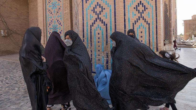 Afganistan'da havalimanı çalışanı kadınlar iş başı yaptı
