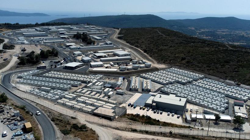 Yunanistan'ın Sisam Adası'nda kapalı mülteci kampı açıldı