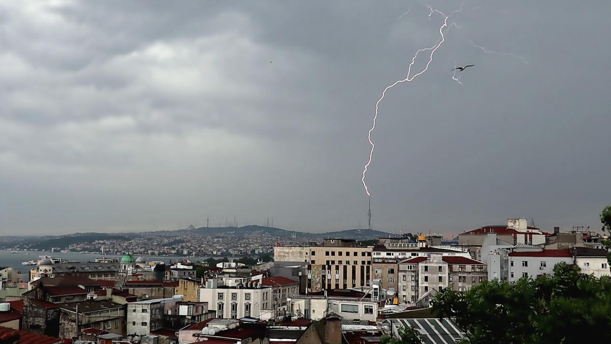 Çamlıca'da yıldırım düşmesi böyle görüntülendi - Resim: 1