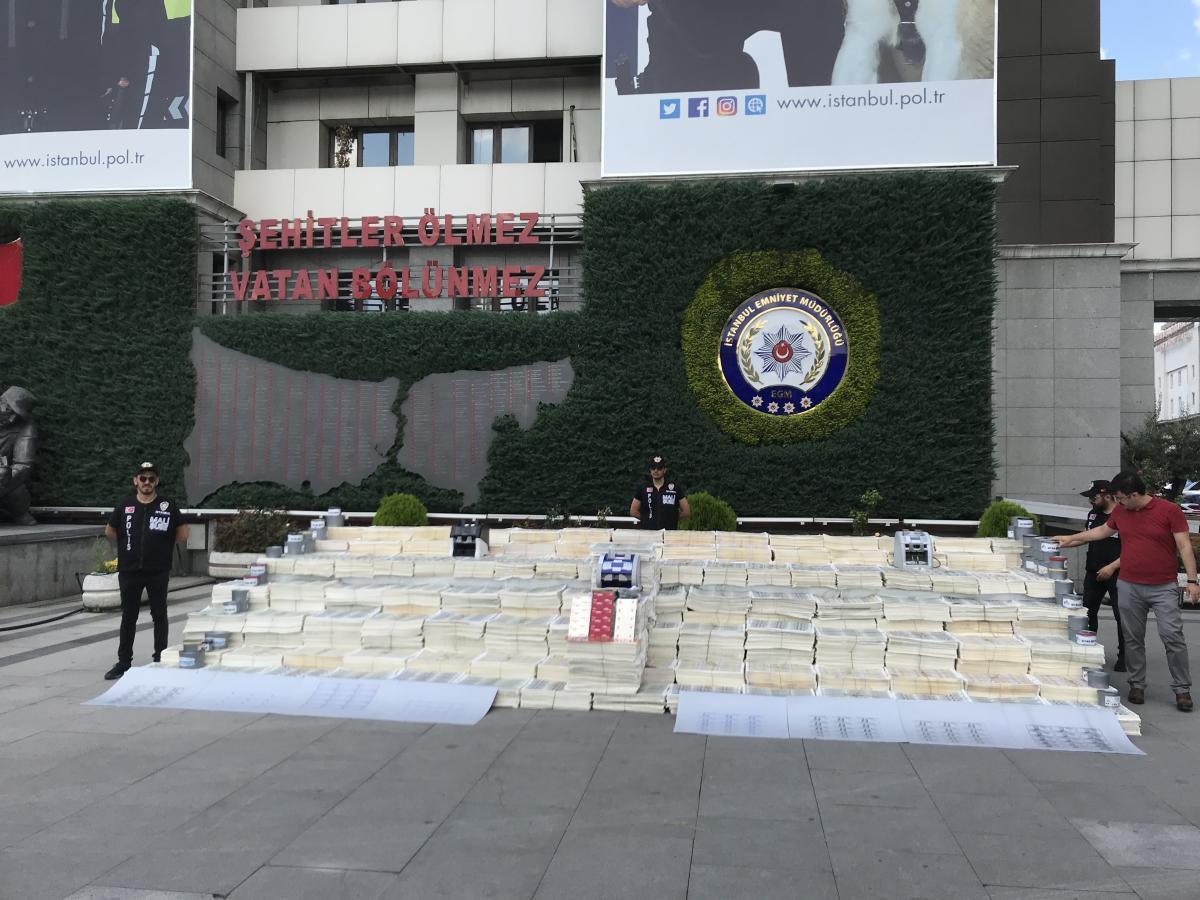 İstanbul Emniyeti'nin bahçesinde sahte dolar sergisi - Resim: 1