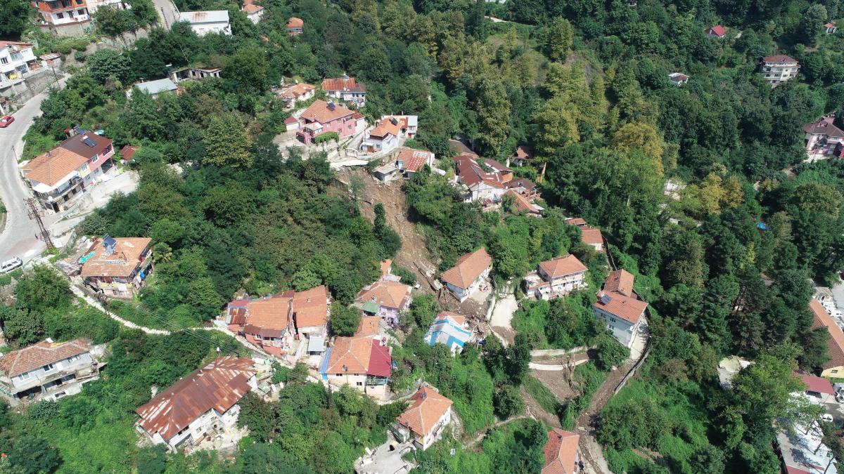 Zonguldak'taki heyelanda 6 ev çöktü, 20 kişi evsiz kaldı - Resim: 1