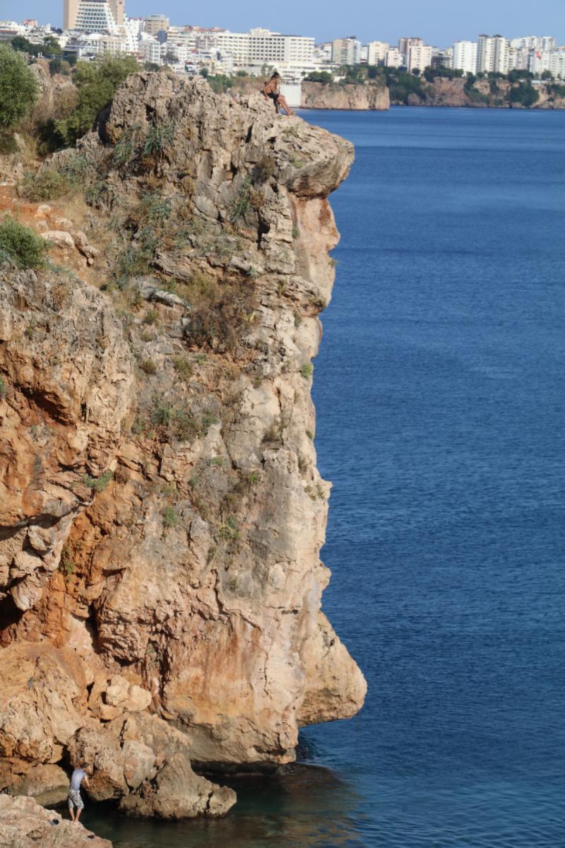Antalya'da zevk değil, resmen intihar görüntüleri: 40 metreden ölümüne atlayış - Resim: 1