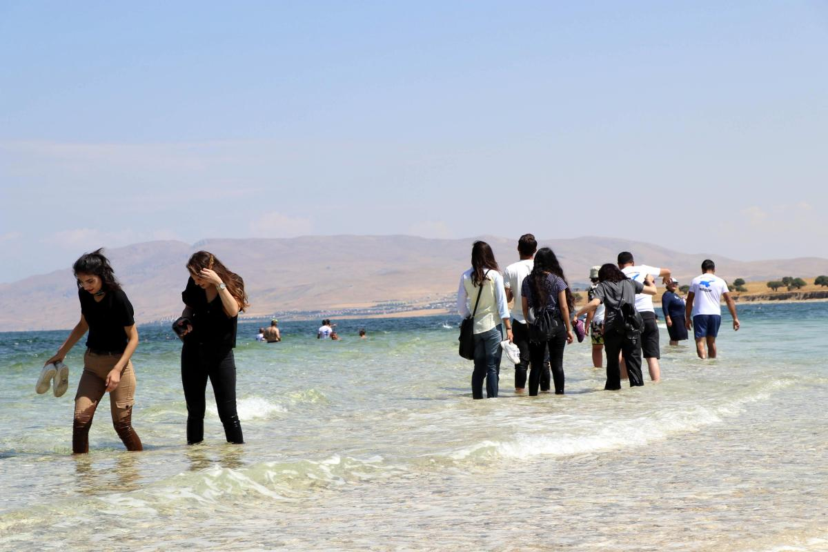 Yer: Van Gölü… Yürüyerek geçtiler - Resim: 1