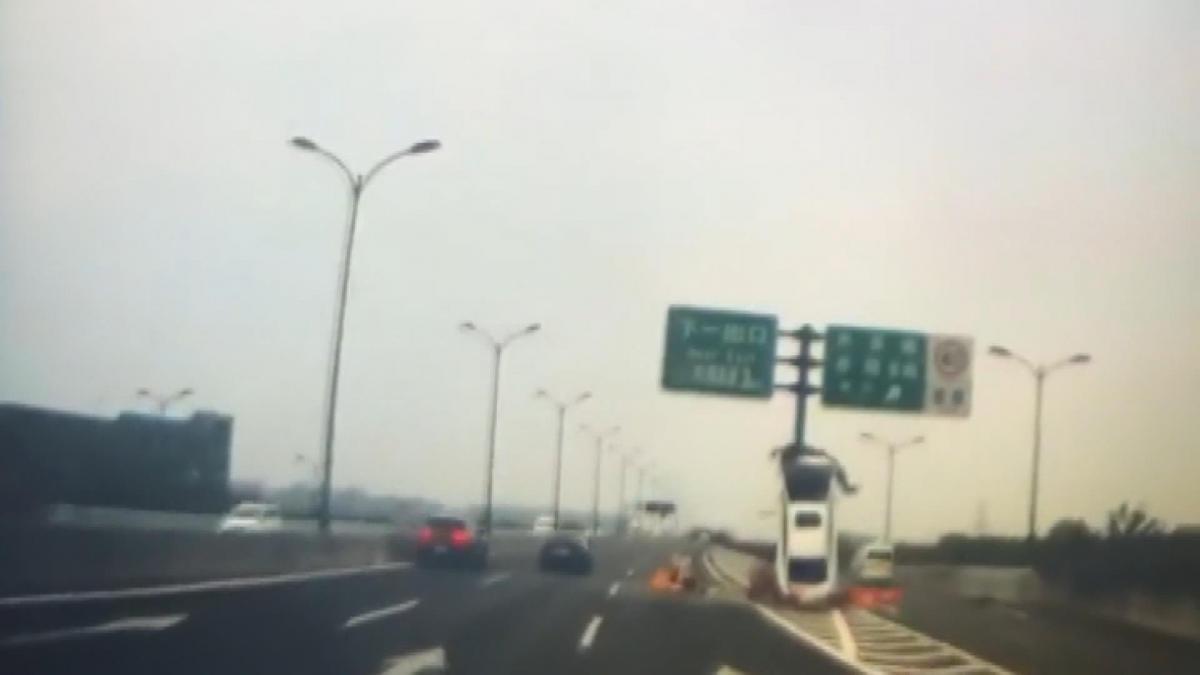 Çin'de akılalmaz kaza: Refüje çarpan otomobil dik durdu - Resim: 1