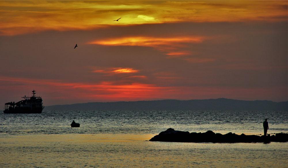 Balıkçılar gün batımının tadını çıkardı... İşte kartpostallık görüntüler - Resim: 1
