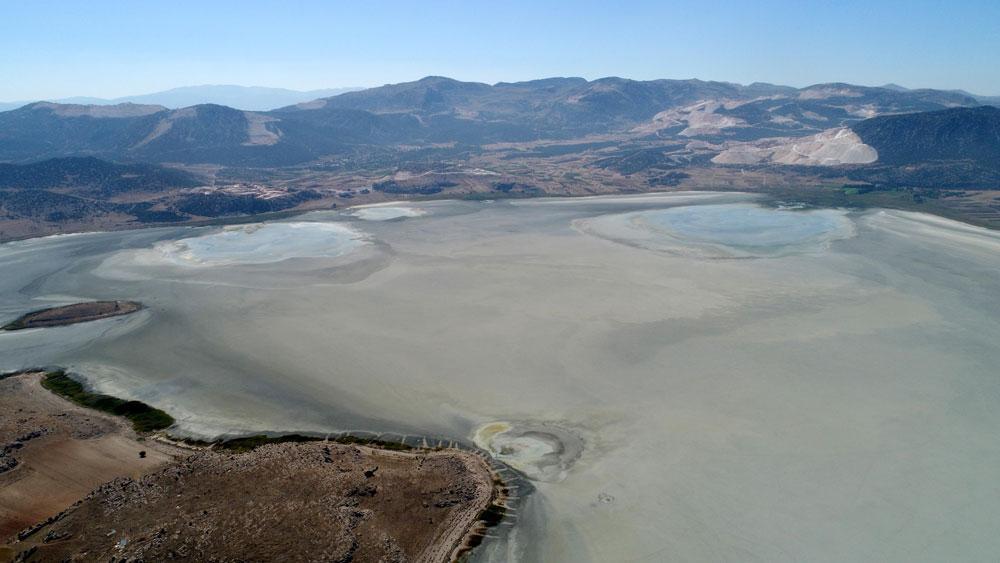 Bir göl daha kurudu... Flamingolar evlerini teker teker kaybediyor! - Resim: 2
