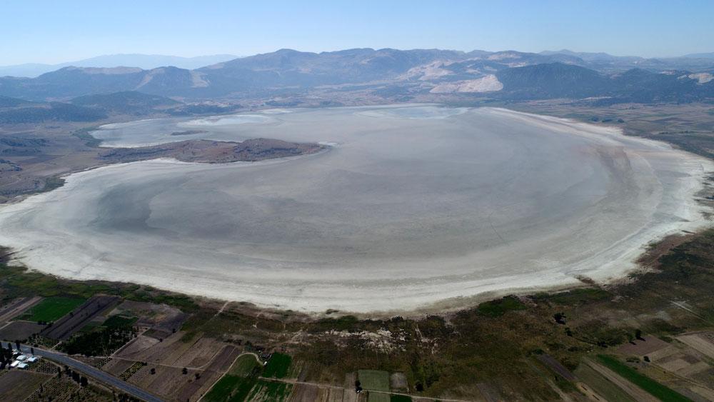 Bir göl daha kurudu... Flamingolar evlerini teker teker kaybediyor! - Resim: 3