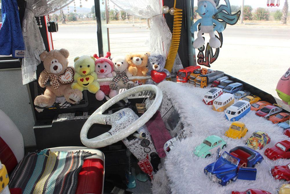 Oyuncaklarla dolu halk otobüsü yolcuları şaşkına çevirdi - Resim: 2