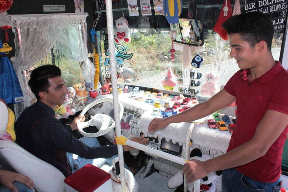 Oyuncaklarla dolu halk otobüsü yolcuları şaşkına çevirdi - Resim: 4