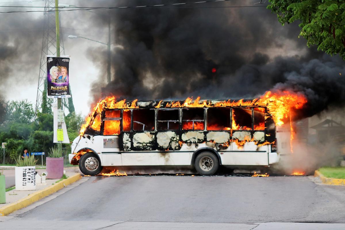 Bücür terörü: Meksika sokakları alev alev! 8 ölü, 16 yaralı - Resim: 1
