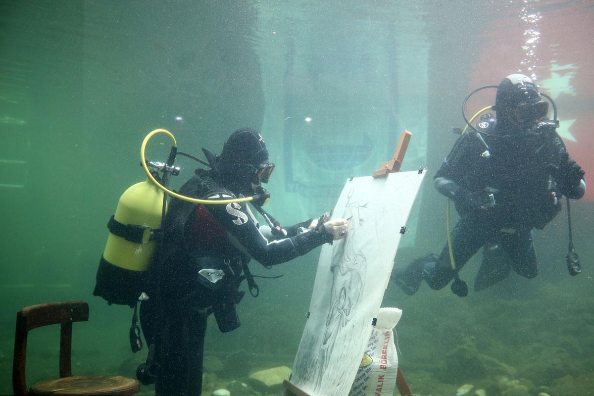 Cumhuriyet'in kadın kahramanlarını su altında çizdi, akvaryumda sergiledi - Resim: 2