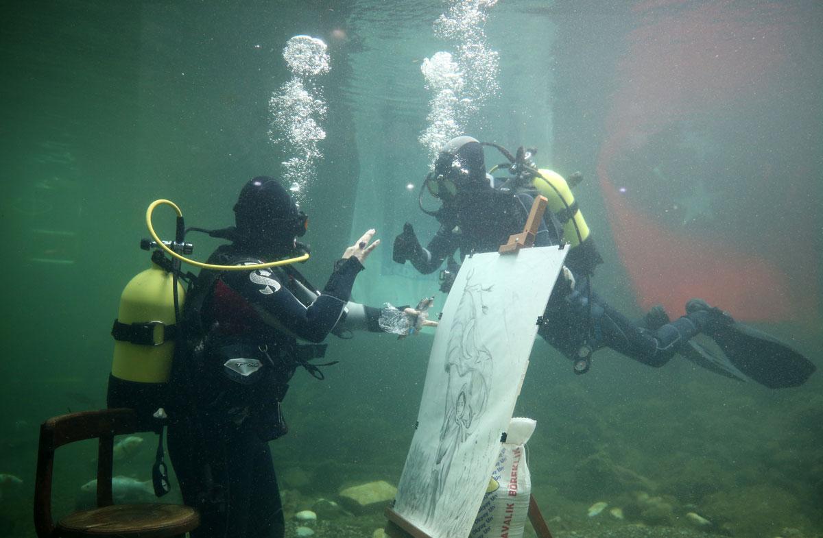 Cumhuriyet'in kadın kahramanlarını su altında çizdi, akvaryumda sergiledi - Resim: 3