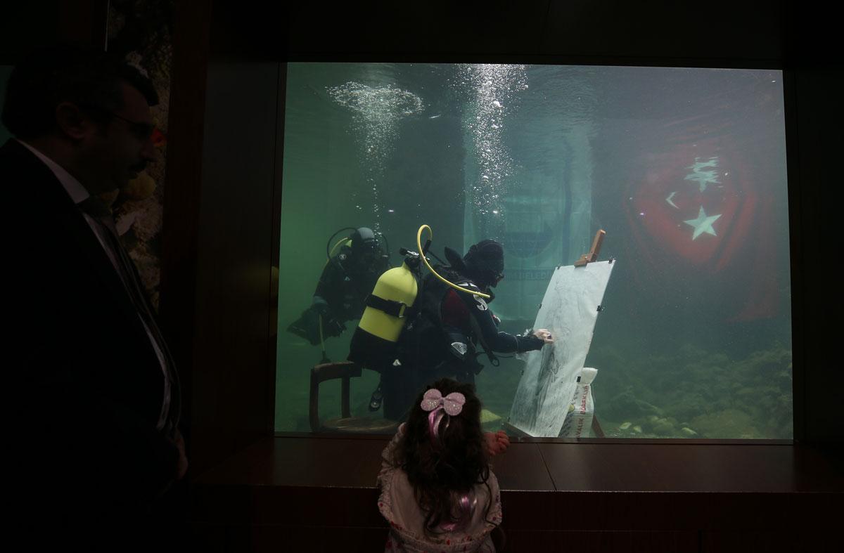 Cumhuriyet'in kadın kahramanlarını su altında çizdi, akvaryumda sergiledi - Resim: 4