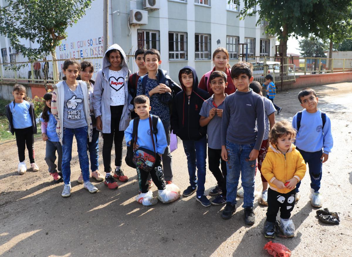 Ayaklarında poşetle okula gidiyorlar - Resim: 2