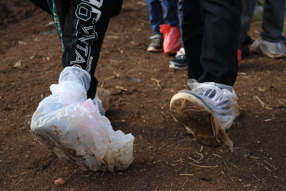 Ayaklarında poşetle okula gidiyorlar - Resim: 4