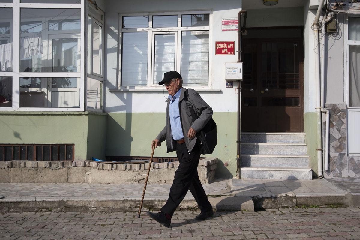 75 yaşındaki 'bastonlu bilge' fakülteyi 3 yılda bitirdi, hedefi yüksek lisans - Resim: 1