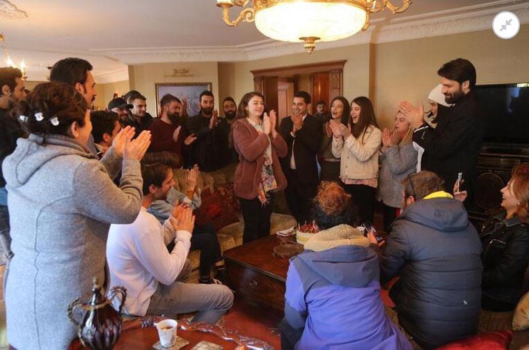 Burcu Özberk yeni yaşını sette kutladı - Resim: 2