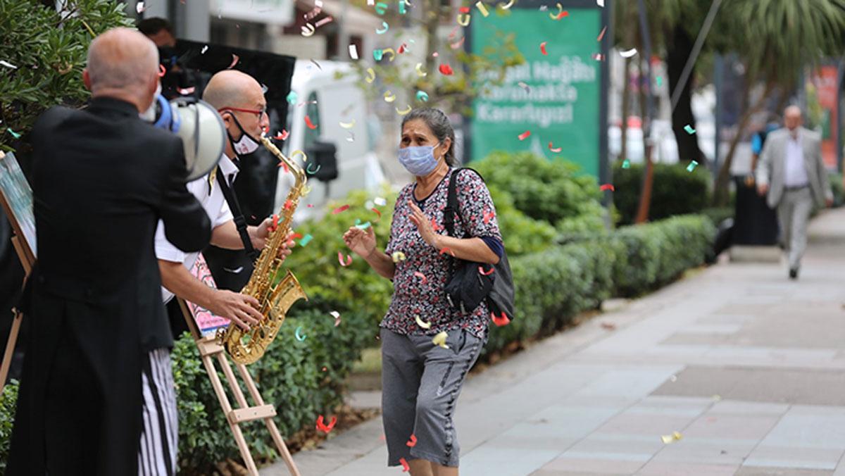 İzmit'te maskesini doğru takanlara kutlama ve hediye
