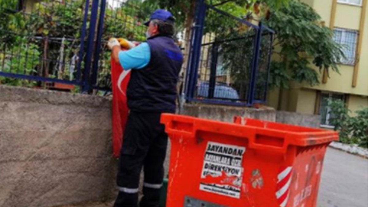 Çöpe atılan bayrağı çıkardı, öperek bahçe tellerine astı