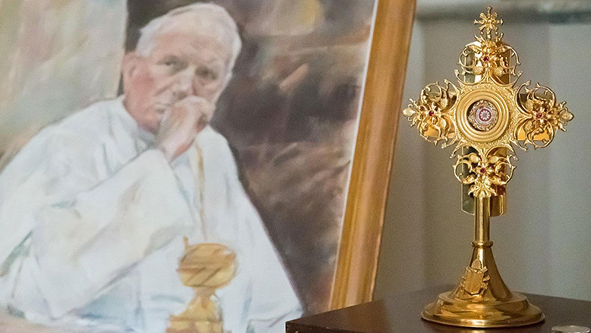 İçinde Papa'nın kan damlaları olan kasa çalındı