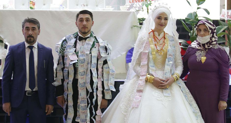 Düğünde takılan takı dudak uçuklattı