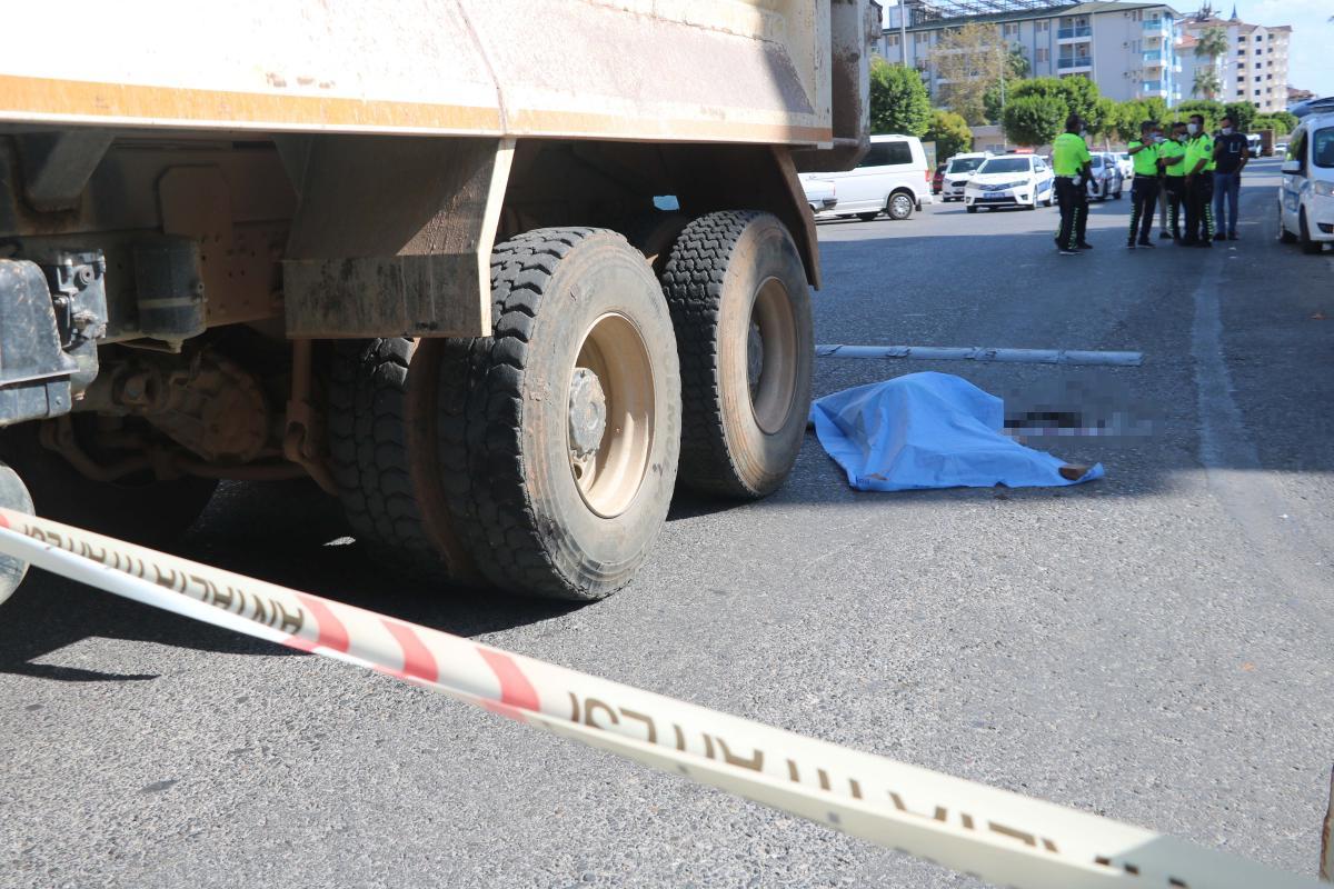 Bisikletiyle kamyonun altında kalan kadın yaşamını yitirdi
