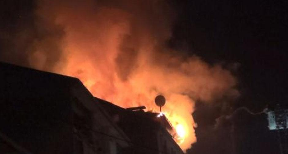 7 katlı binanın çatısı alev alev yandı!