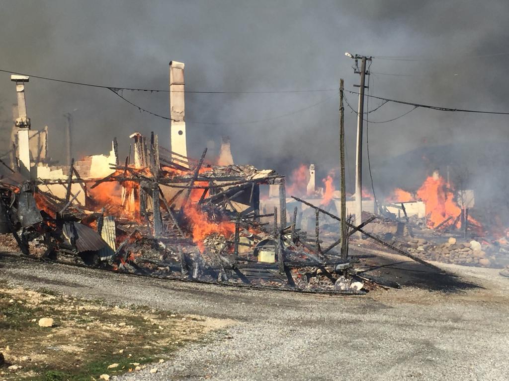 Bolu'da bir evde çıkan yangın çevredeki evlere sıçradı