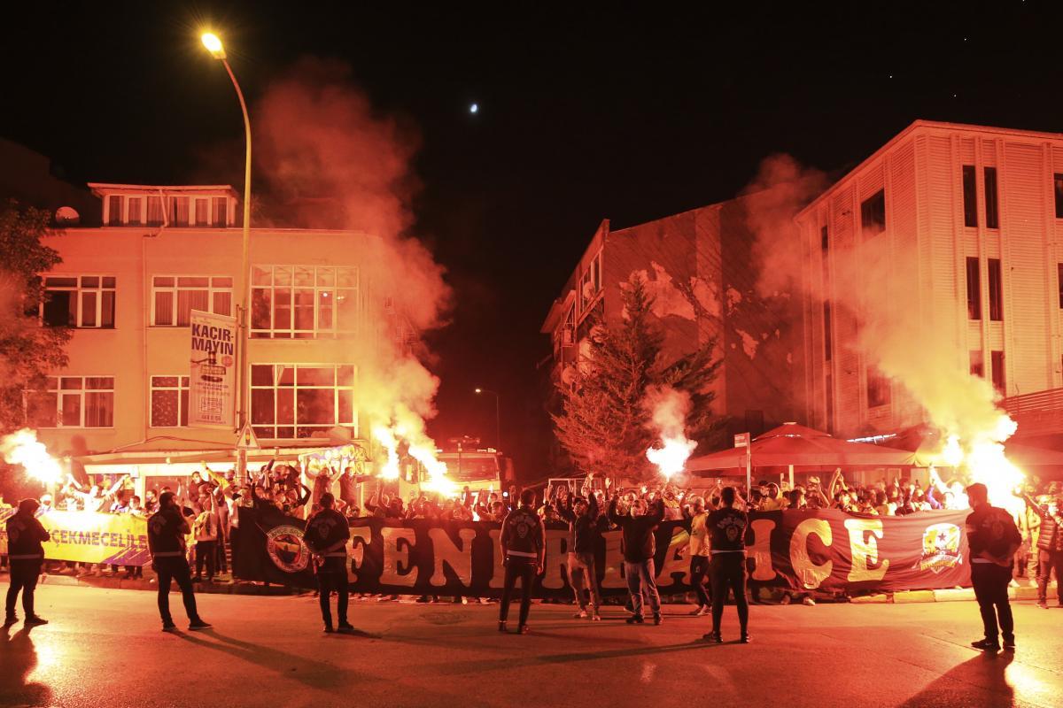 Fenerbahçe, galibiyeti taraftarıyla kutladı