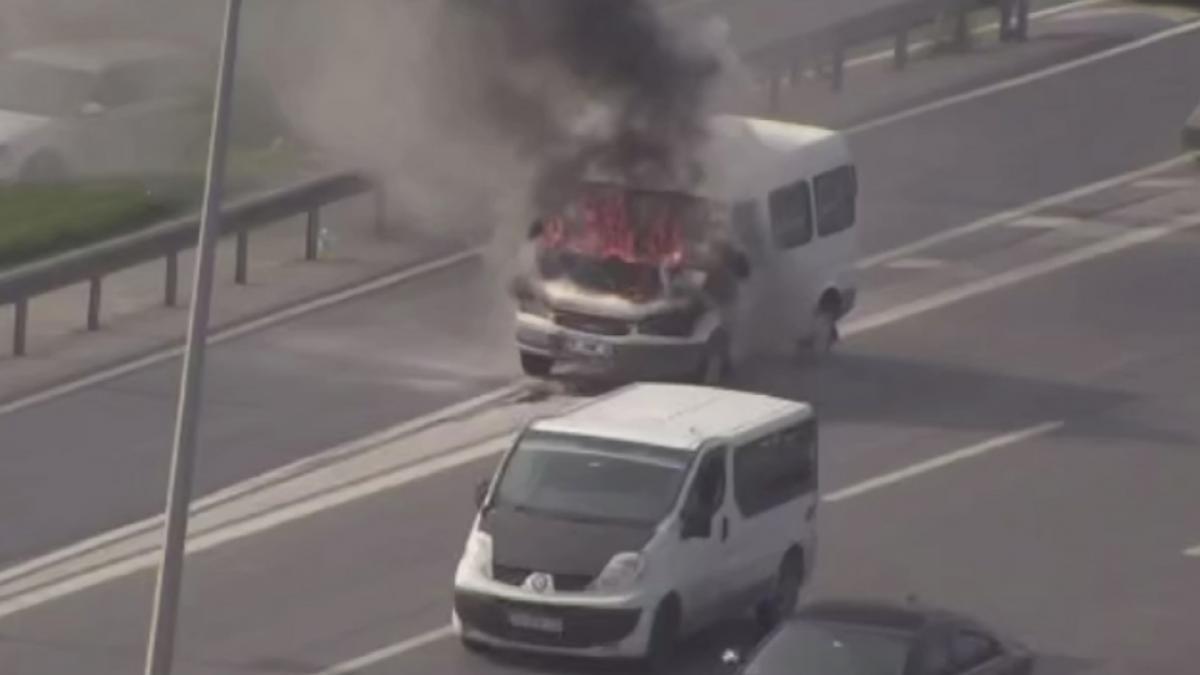 Kartal'da minibüs alev alev yandı
