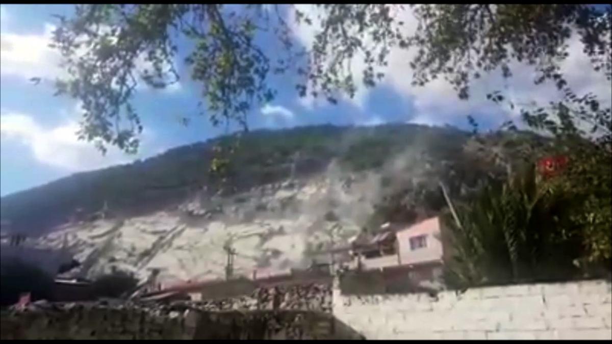 Deprem sırasında taş ocağından kopan kaya parçaları korkuttu