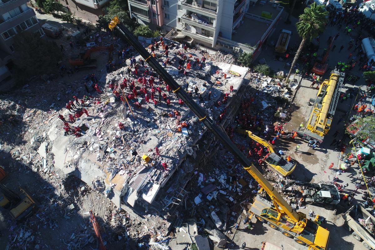 İzmir'de mucize! 33 saat sonra enkazdan çıkarıldı