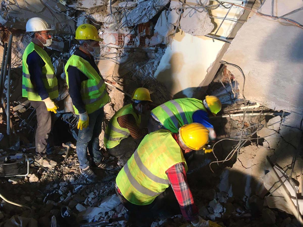 Somalı madenciler eylemi bırakıp yardım için İzmir'de çalışmalara katıldı
