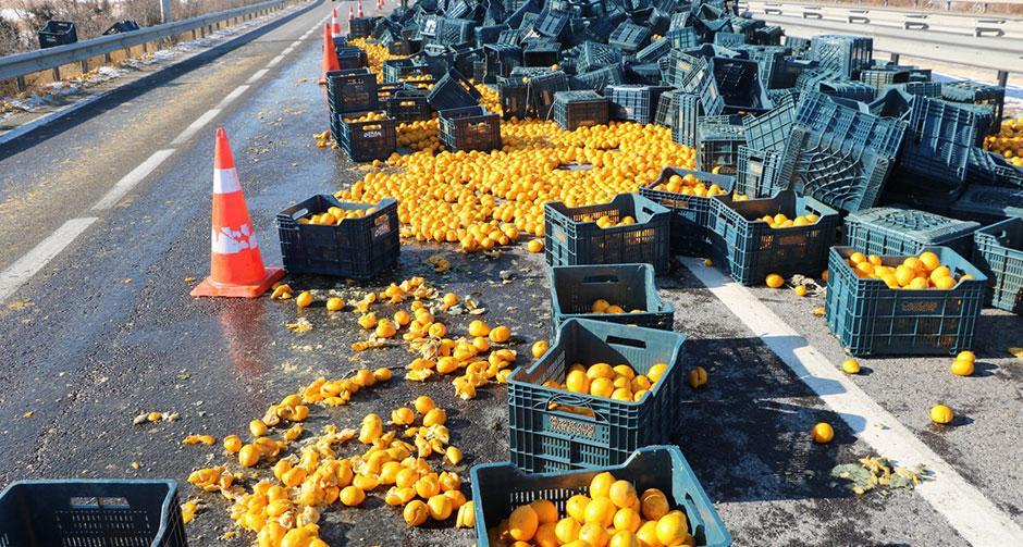 TIR'daki tonlarca limon yola saçıldı